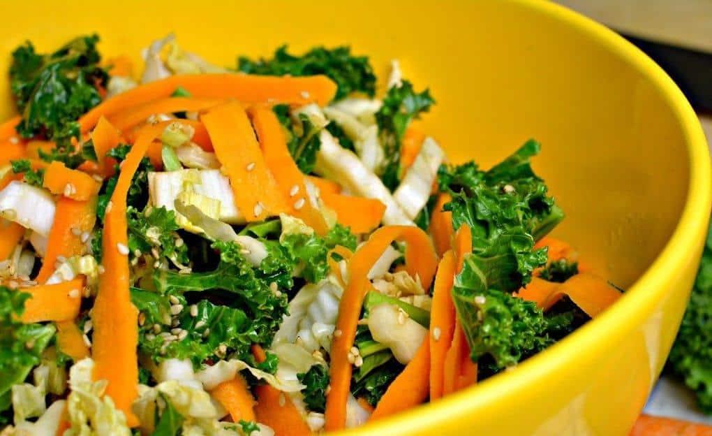 Italienischer Salat vegetarischer Art mit Kräuter-Dressing