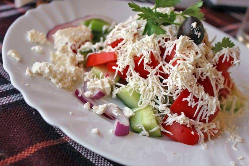 Shopska Salat – eine Spezialität aus der bulgarischen Küche