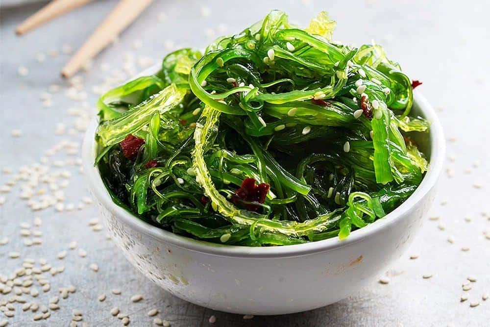 Japanischer Wakame Salat mit Ingwer, Chilipulver und Koriander