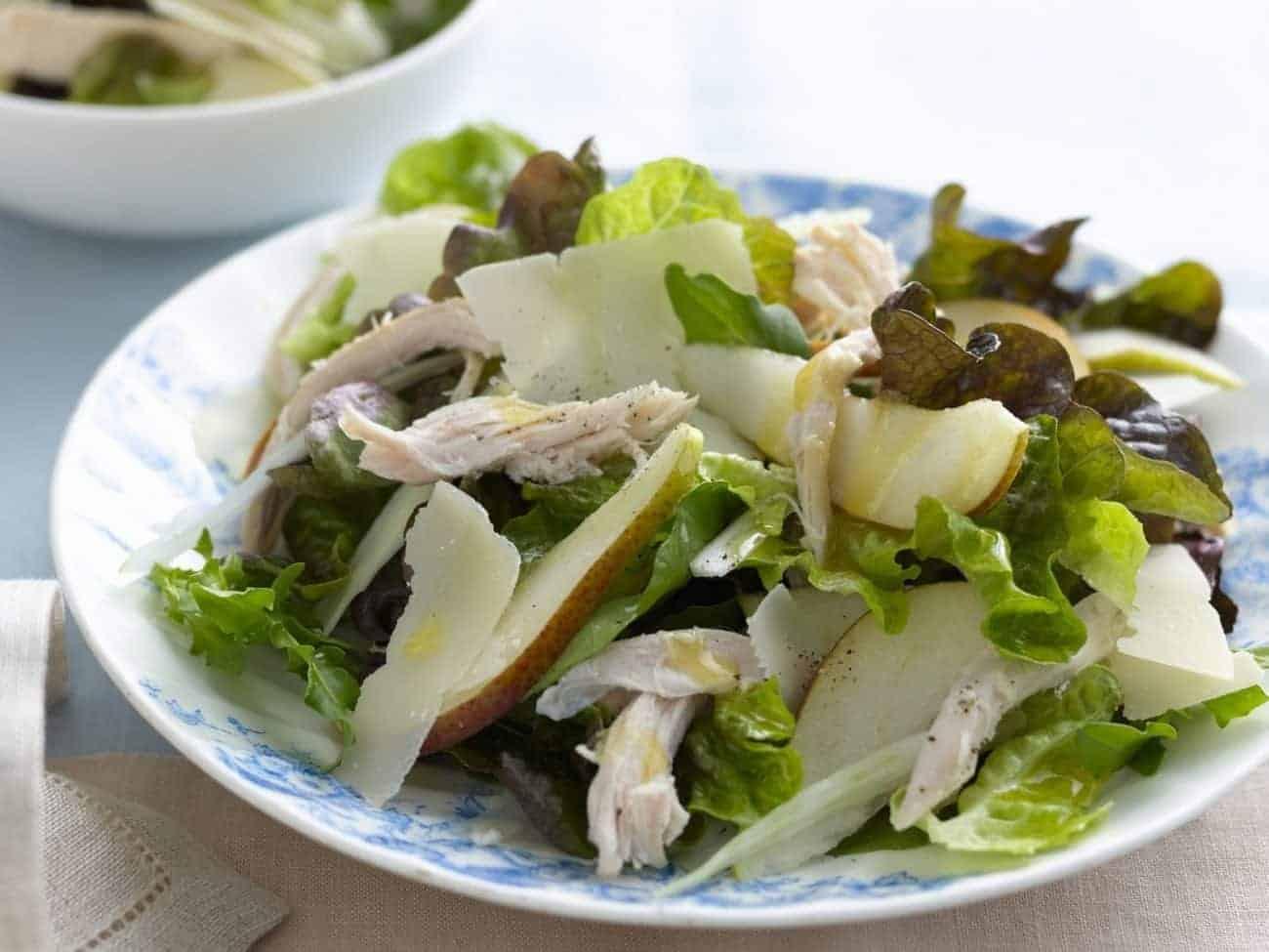 Grüner Salat mit Hähnchen und Buttermilch-Orangensaft-Dressing