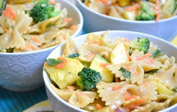 Italienischer Salat mit sahnigen Gartennudeln