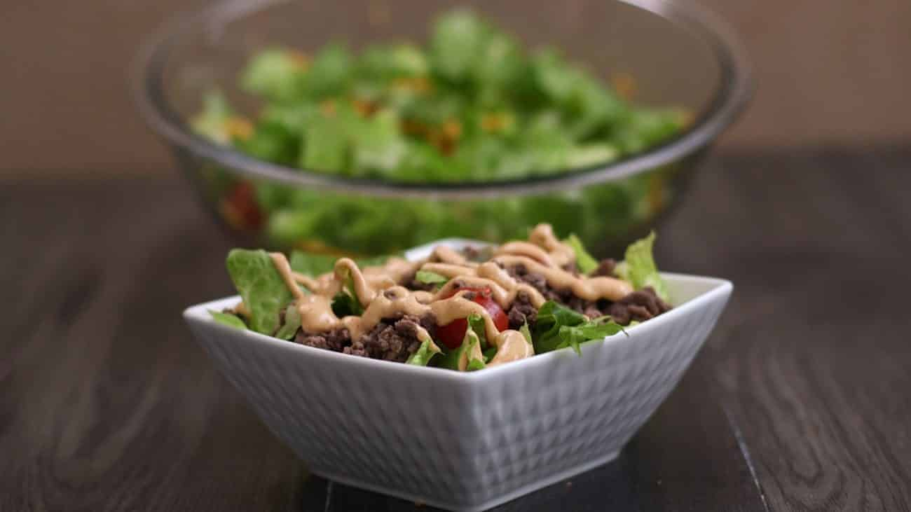 Low carb Big Mac Salat für diejenigen, die etwas abnehmen möchten