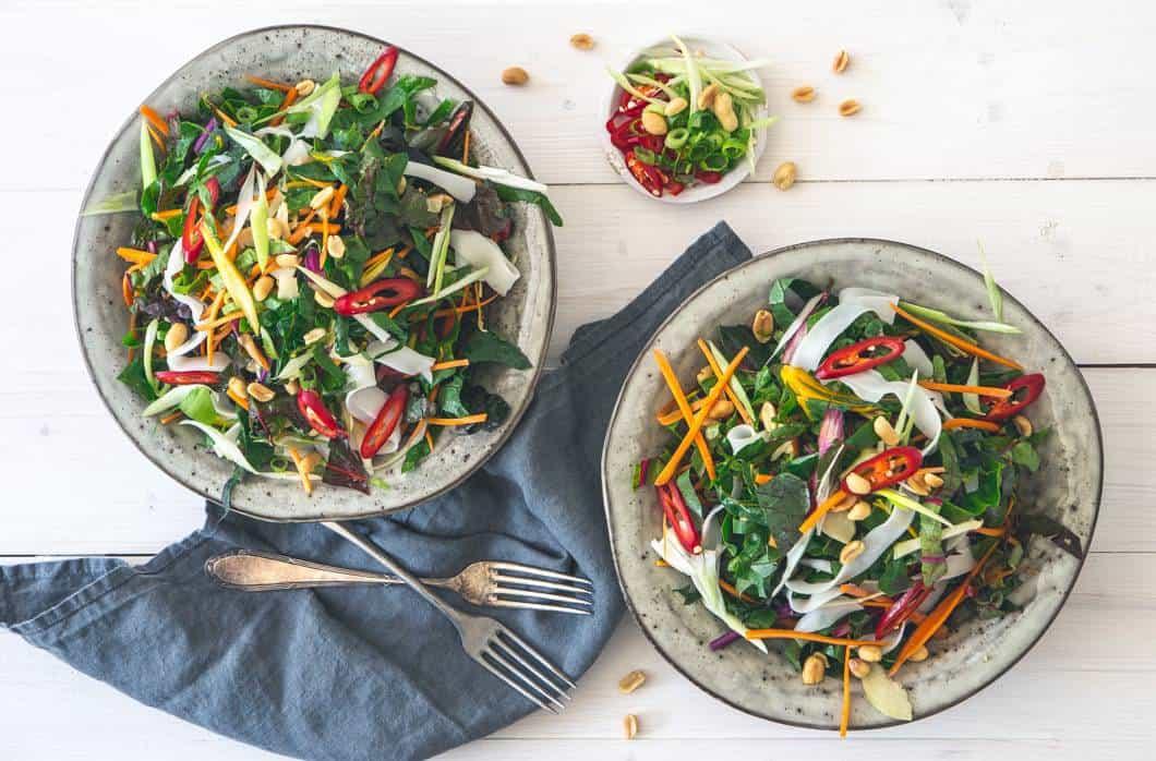 Mangold Salat mit grünen Bohnen, Zuckerschoten und pikanter Soβe