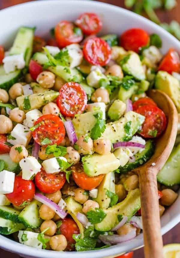 Kichererbsensalat mit Gemüse und Feta