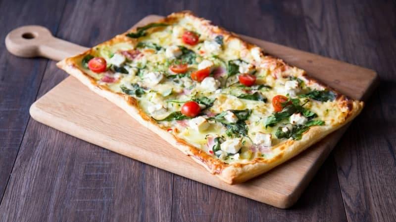 Blätterteig Pizza – super schnelles Rezept mit Schinken und Champignons