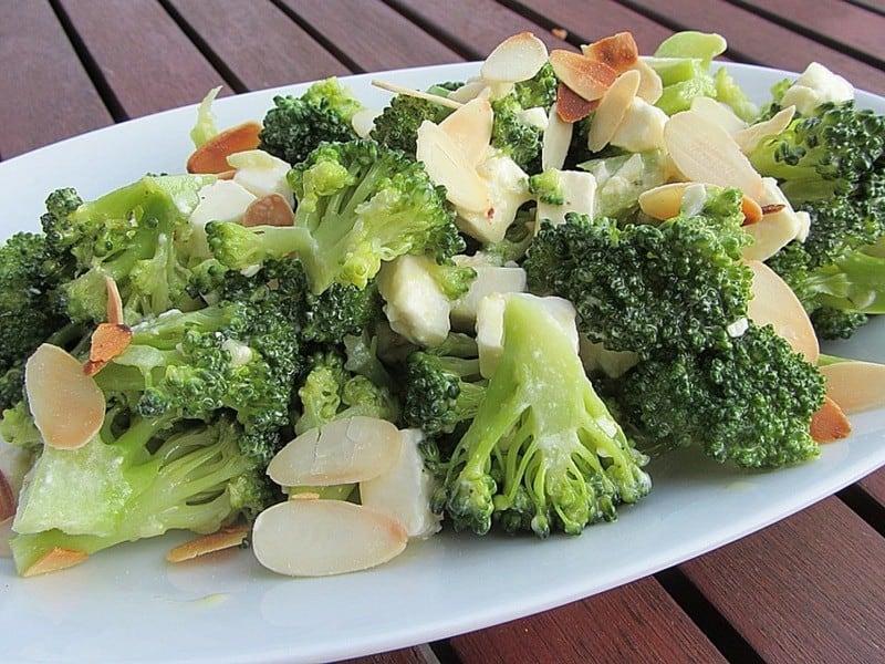 Brokkolisalat mit Feta Käse und gebratenen Mandeln