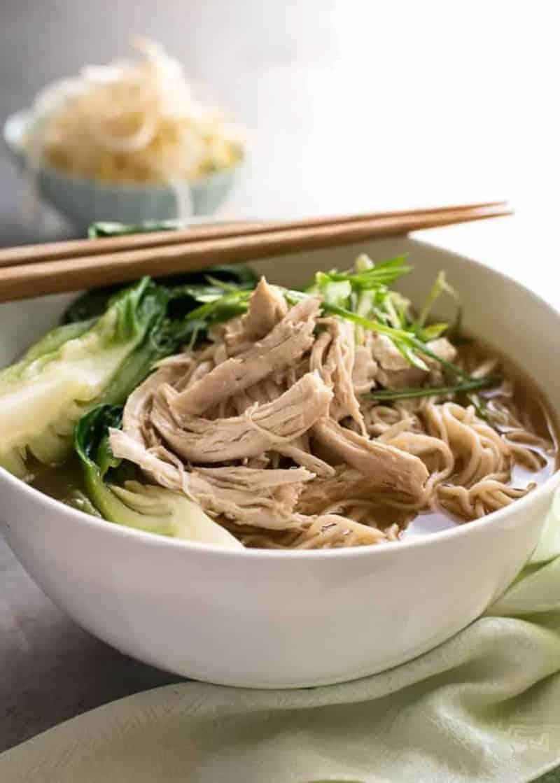 Chinesische Suppe mit Nudeln, Ingwer, Kohl und Sojasoße