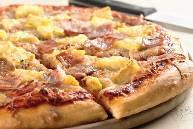 Hawaii Pizza mit Ananasscheiben, Schinken und Käse
