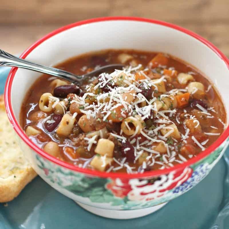 Suppe schnell: italienisches Rezept mit Nudeln und Bohnen