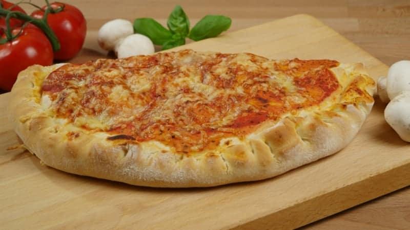Calzone Pizza mit Schinken und Champignons – leichtes Rezept