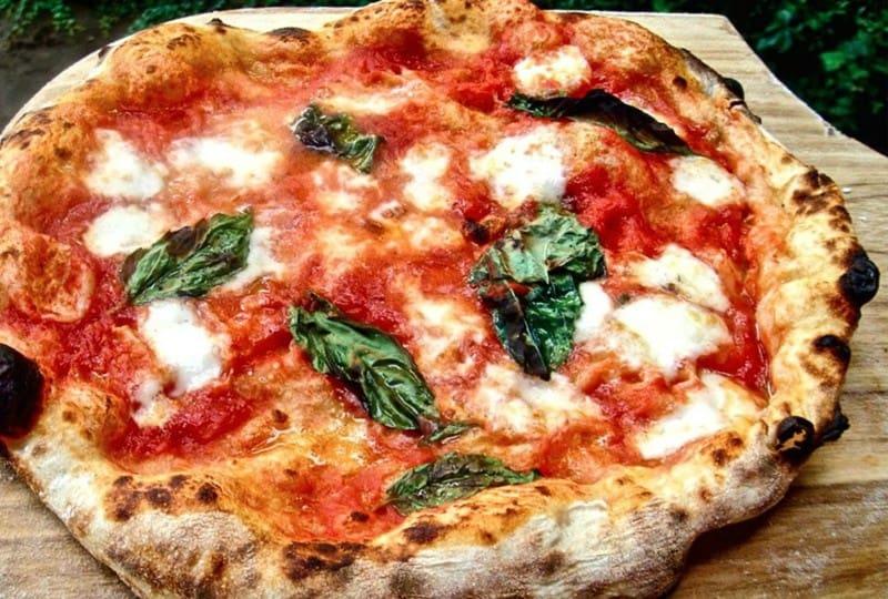 Pizza napoletana: das Originalrezept mit Tomaten, Basilikum und Mozzarella