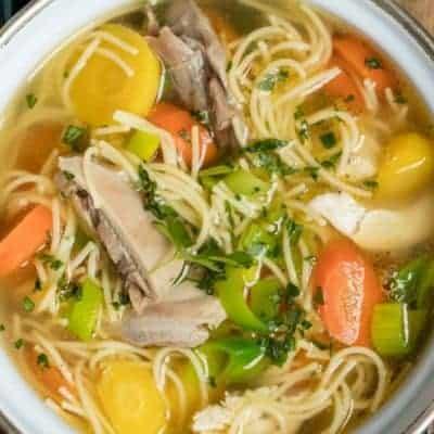 sommerliche Suppe servieren