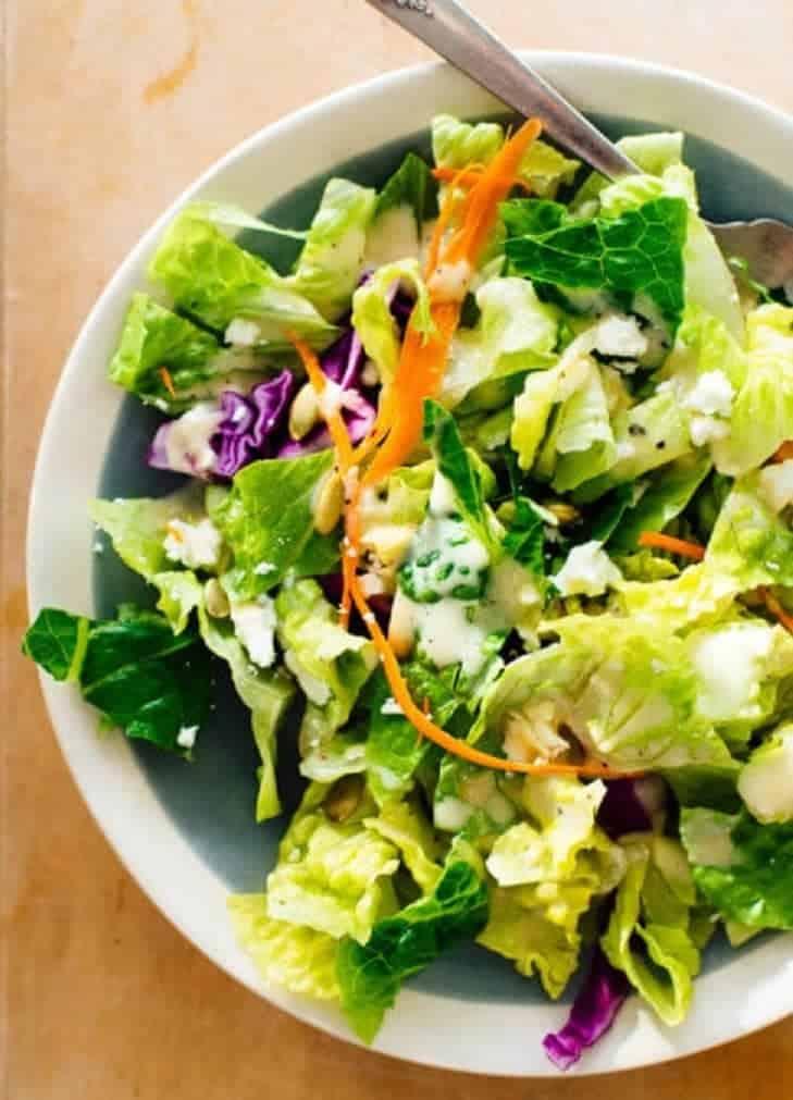 Dressing Salat mit viel Grün – farbenfroh