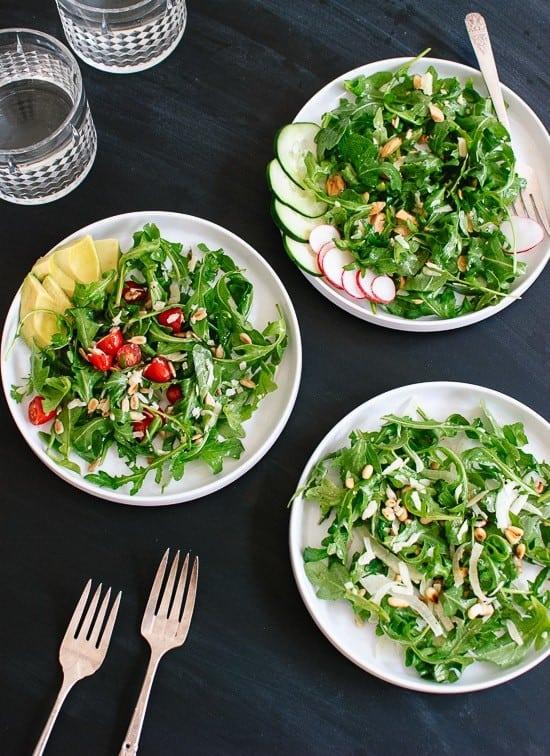Grüner Salat mit Rucola, Kernen und Gemüse