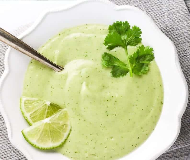 Kalte Suppe aus Avocado mit Joghurt und Limette