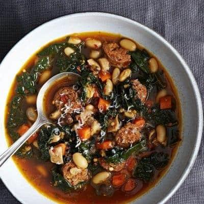 Suppe mit Grünkohl, Bohnen und Würstchen