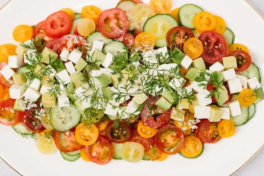 Tomaten Mozzarella Salat mit Gurke und Oregano
