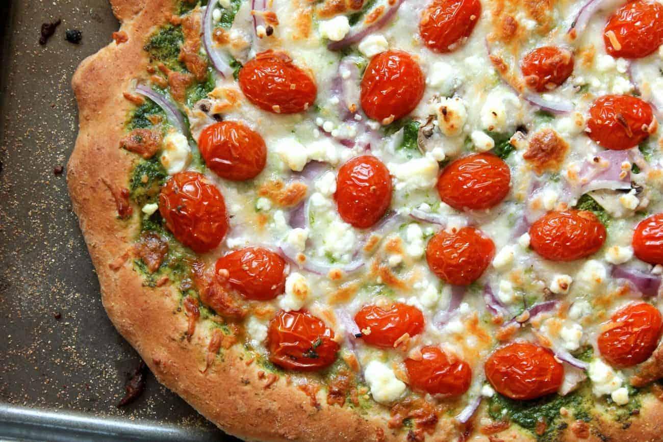 Vegetarische Pizza mit grünem Pesto