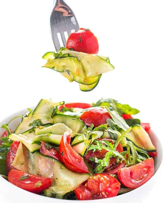 Zucchinisalat mit Tomaten – roher Genuss