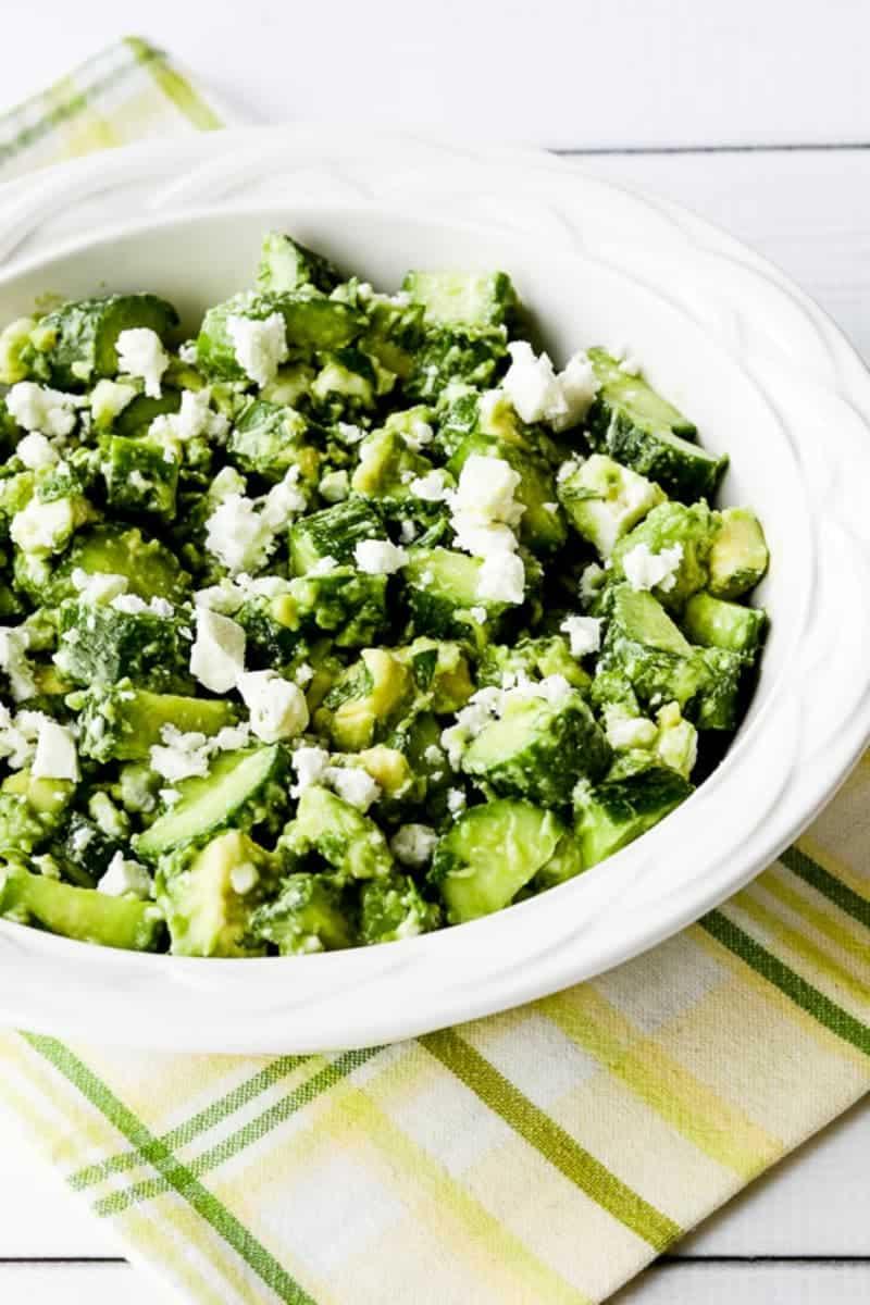 Gesunder Salat mit Avocado, Gurke, Minze und Feta