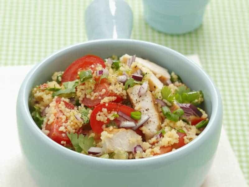 Couscous Salat mit Tomaten und gegrilltem Hähnchenbrustfilet