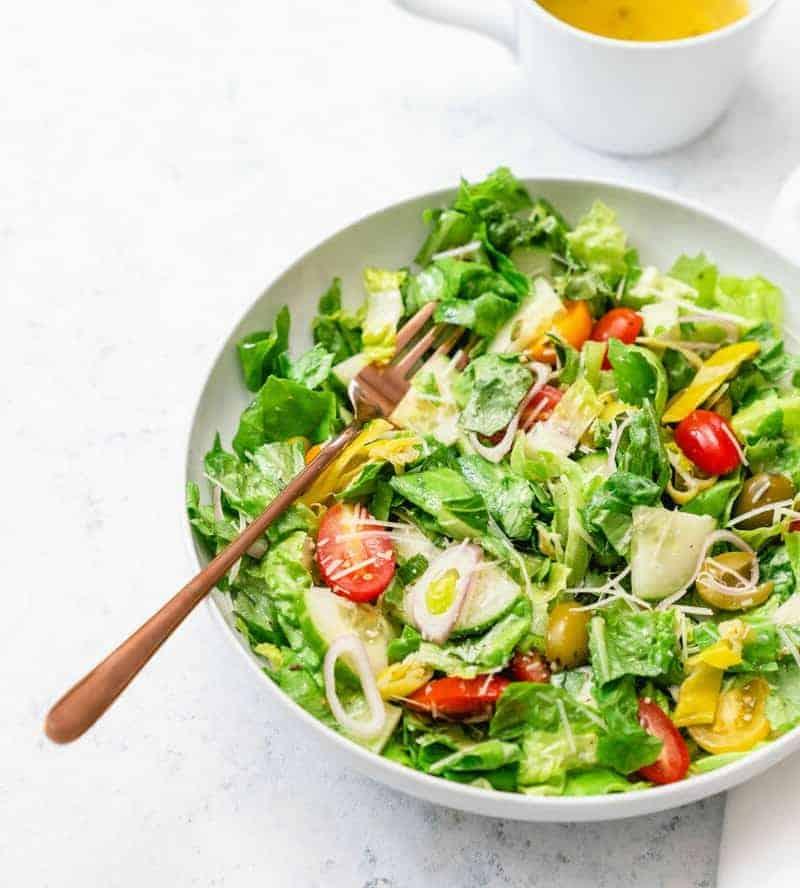 Saftiger gemischter Salat mit frischer Vinaigrette