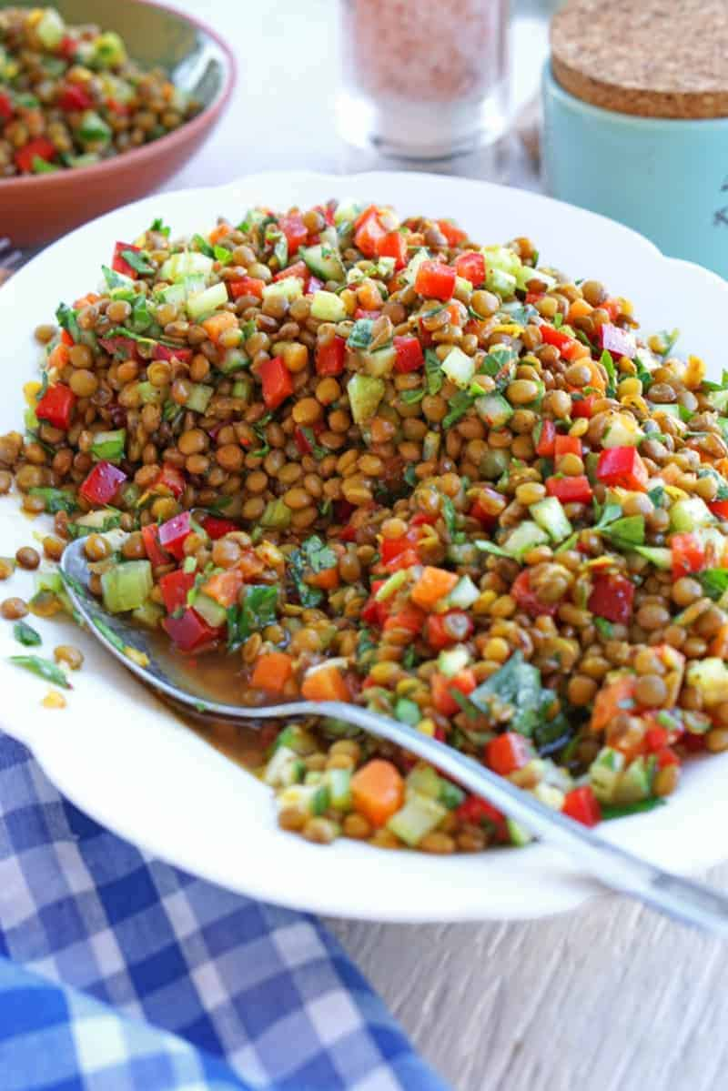 Linsensalat mit Gurke, Möhren, Zwiebel und frischen Kräutern