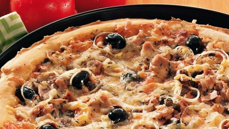 Schnelles Rezept für Pizza Calabrese mit Thunfisch und Mozzarella