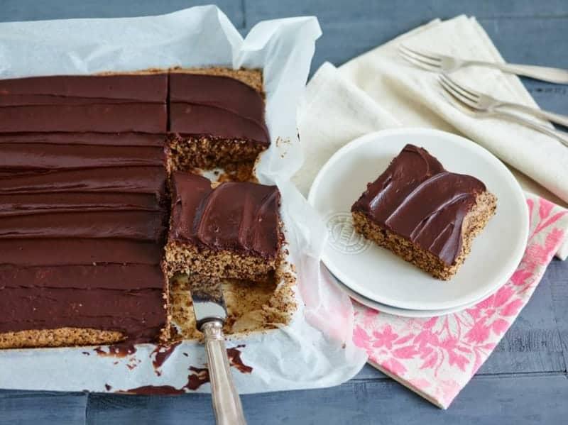 Schokoladenkuchen vom Blech – mit Orange, Schokoguss und Mandeln