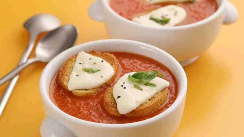 Tomatensuppe mit Basilikum, Croutons und Büffelmozzarella