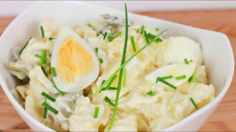 Der beste Kartoffelsalat mit Mayonnaise und Eiern