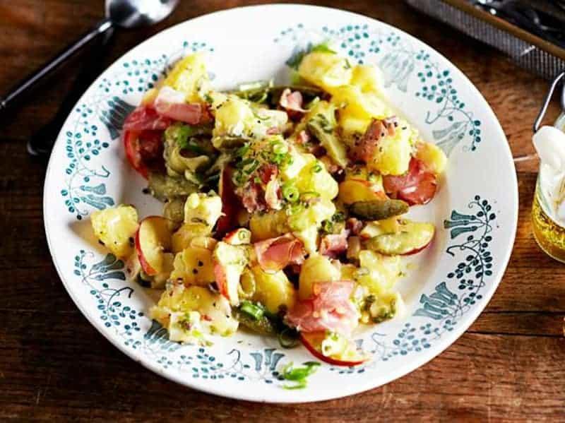 Kartoffelsalat mit Schinken, Gewürzgurken und Bergkäse