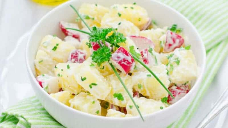 Vegetarischer Kartoffelsalat mit Dijon-Senf, Rucola und Radieschen