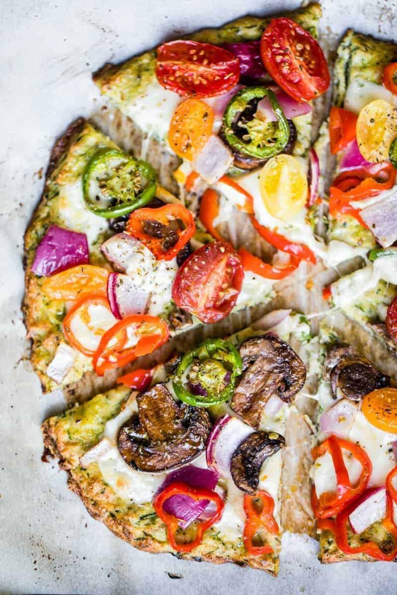 Low carb Pizza mit Tomaten, Parmesan und Zucchini-Boden