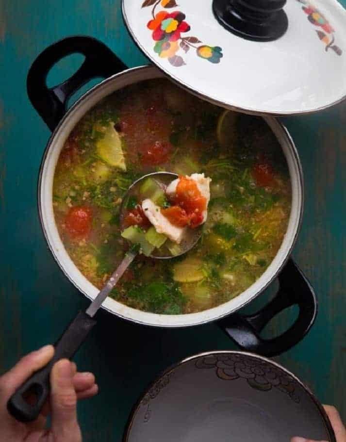 Einfache asiatische Fischsuppe mit Limetten