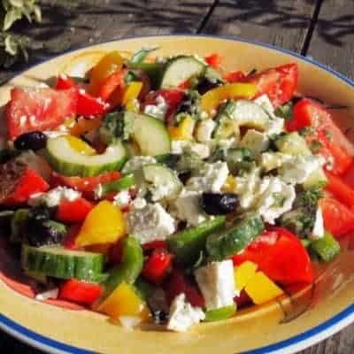 Bunter-Salat-mit-Paprika-und-Feta