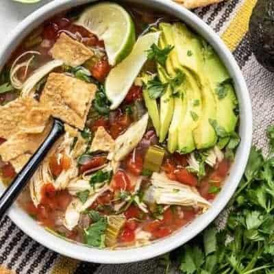 Gesunde-Suppe-mit-Hühner-und-Avocado