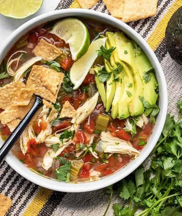 Gesunde Suppe mit Hühnchen und Avocado