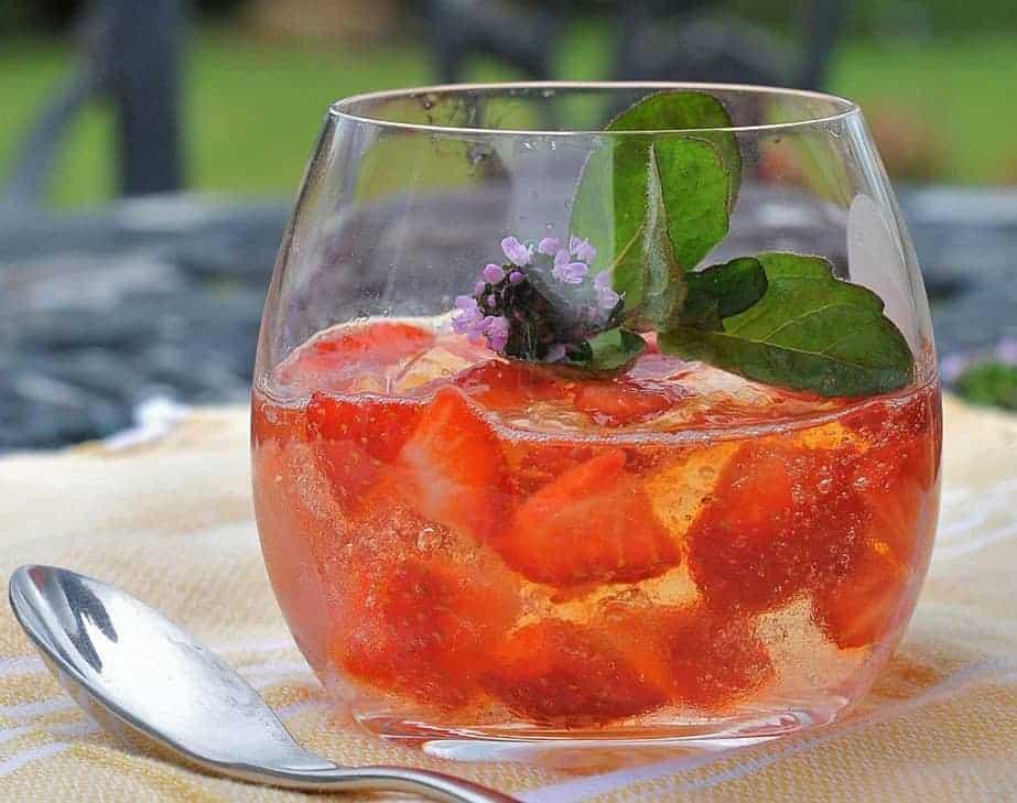 Holunderblütengelee mit frischen Erdbeeren