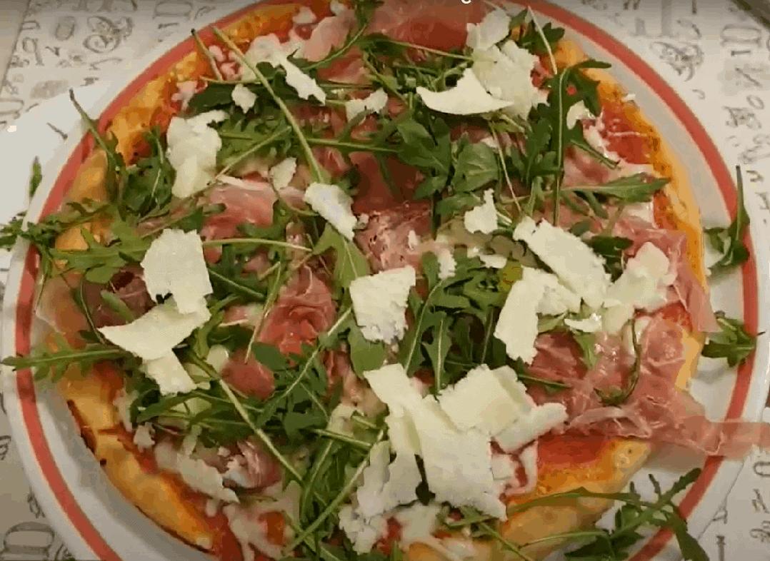 Pizza Prosciutto mit würzigem Rucola