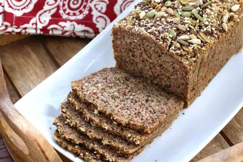 Low carb Brot mit Eier, Mandeln, Leinsamen und Magerquark