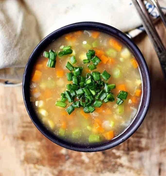 Nahrhafte klare Gemüsesuppe einfach gemacht