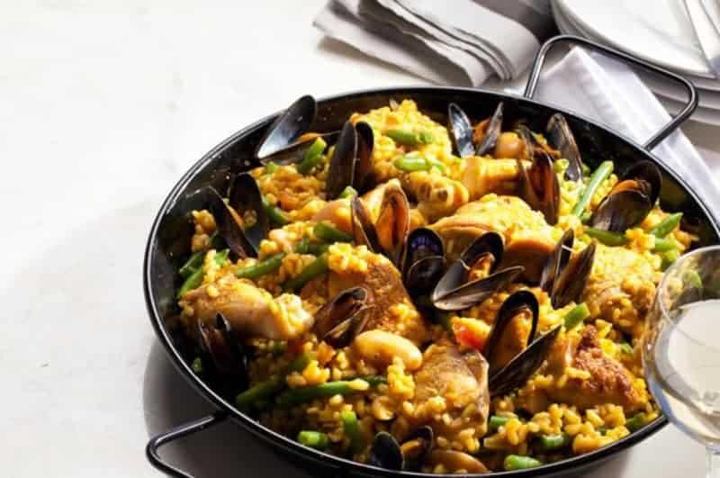 Das klassische Paella Rezept: mit Venusmuscheln und Safran