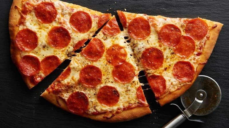 Scharfe Pizza Pepperoni mit Chili, Oregano und Basilikum