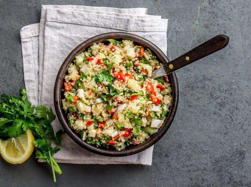 Quinoa Salat mit Radieschen, Avocado und Mandeln