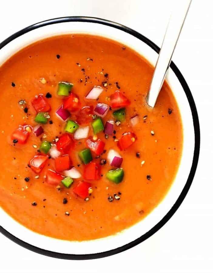 Leichte Gazpacho mit frischen Tomaten und Gewürzen