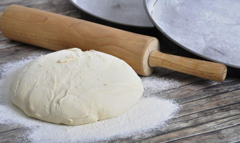 Pizzateig ohne Hefe: ein super schnelles und leichtes Rezept