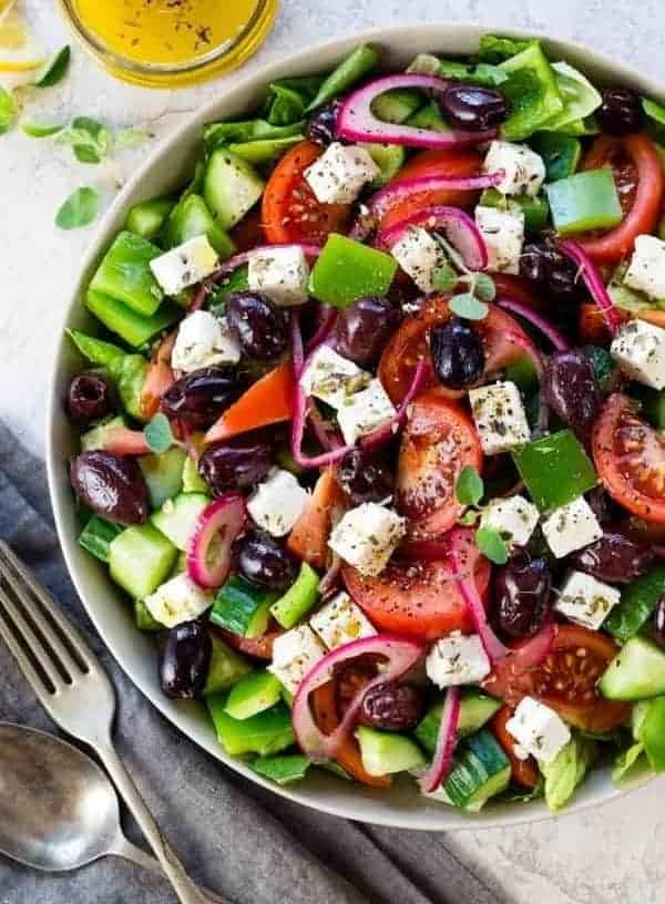 Griechischer Salat-leckerer, frischer Sommersalat in 20 Minuten