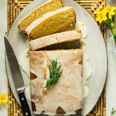 Zitronenkuchen-schneiden