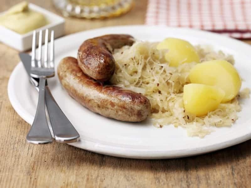 Bratwurst mit Pellkartoffeln und Sauerkraut: super leicht & zeitsparend